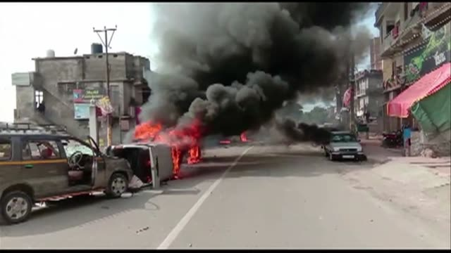 sporadic protests break out across india including jammu where vehicles and tyres are burned in response to the deadly attack carried out by... - militante gruppe stock-videos und b-roll-filmmaterial