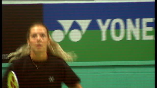vídeos de stock, filmes e b-roll de uk sport announce funding for rio olympics t09081241 / milton keynes wide shot of people playing badminton on courts at elite academy various shots... - badmínton esporte