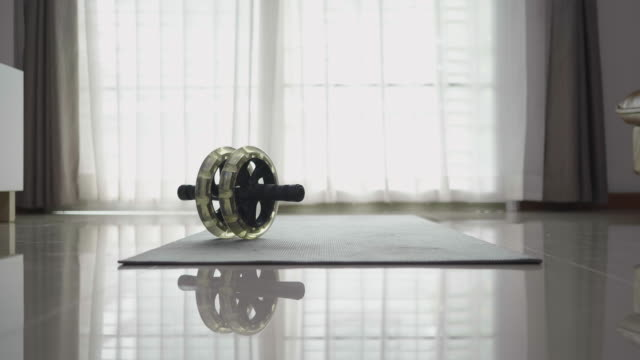 vídeos de stock, filmes e b-roll de equipamentos esportivos para treino em casa - equipamento para exercícios