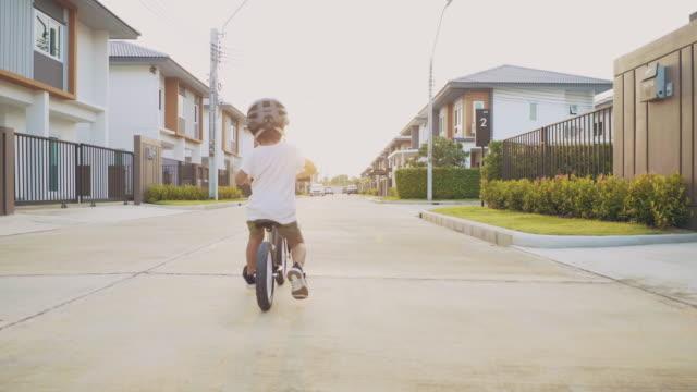 vídeos de stock e filmes b-roll de sport & family - seguir atividade móvel