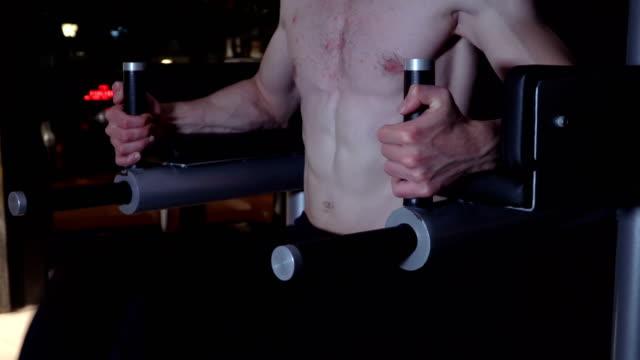 sportmann-übung beim beinauftragen - menschliches knie stock-videos und b-roll-filmmaterial