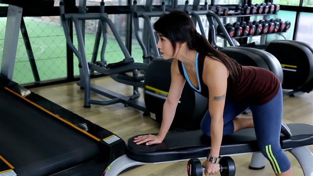 Sportlerin zu halten, Hantel und Training, hart in der Turnhalle
