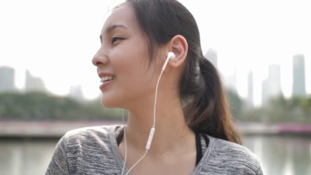 スポーツ女性の聞く音楽 - 盗み聞き点の映像素材/bロール