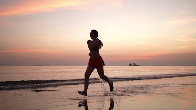 vídeos y material grabado en eventos de stock de mujer deportiva corriendo en la playa - descalzo