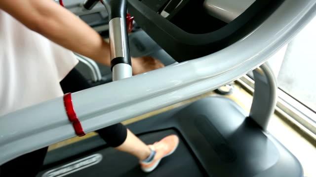 vídeos y material grabado en eventos de stock de deporte mujer corriendo en la máquina trotadora equipos cardiovasculares - pedestrismo