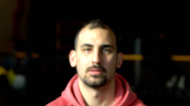 vídeos de stock, filmes e b-roll de kettlebell de levantamento do homem sportive - musculação