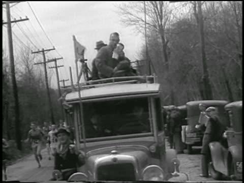 vidéos et rushes de b/w 1933 sports announcer with microphone riding atop truck in boston marathon - véhicule utilitaire léger