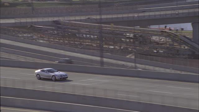 ts sports car driving on highway - トラッキングショット点の映像素材/bロール
