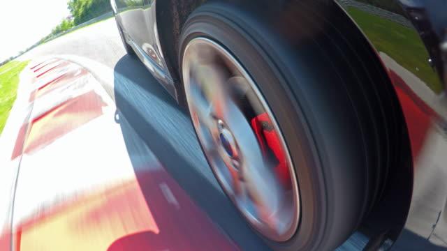 vídeos y material grabado en eventos de stock de ruedas de coche de los deportes spinning durante una competición de eventos del deporte motor - coche deportivo