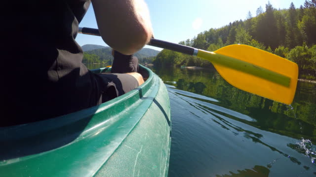 vídeos de stock e filmes b-roll de sports couple on date canoeing on lake - kayaking