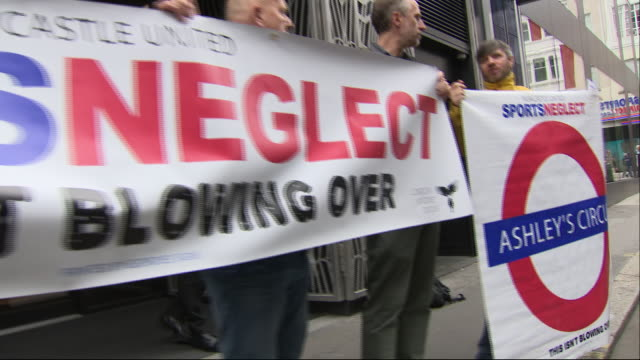 sports direct owner mike ashley is re-elected to board as he sees off revolt. shows: mike ashley arrives for agm, protesters outside building with... - 年次総会点の映像素材/bロール
