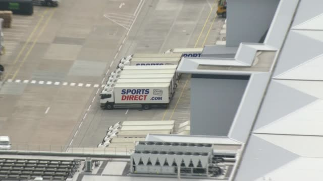 sports direct promises to improve terms and conditions for its workers; derbyshire: shirebrook: air view sports direct lorries and warehouses pull out - ダービーシャー点の映像素材/bロール