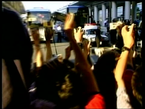 football world cup england team arrive in japan itn japan osaka england captain david beckham escorted along to bus past crowds of fans england... - 2002 bildbanksvideor och videomaterial från bakom kulisserna