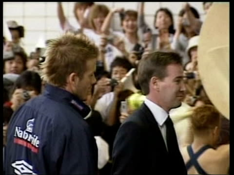 football world cup england v cameroon warm up itn david beckham along past screaming crowd of fans as arriving at reception beckham being greeted by... - 2002 bildbanksvideor och videomaterial från bakom kulisserna