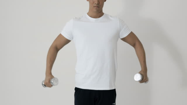 sports trainer teach how to training. - t shirt stock-videos und b-roll-filmmaterial