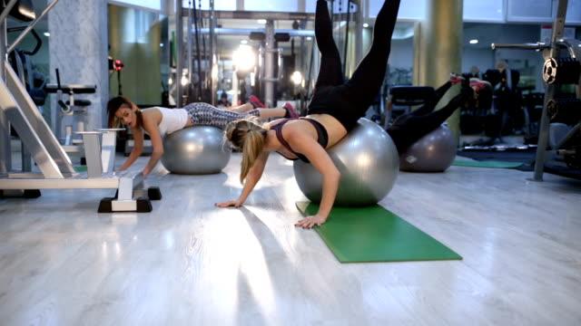 vídeos de stock, filmes e b-roll de broca com bola de pilates de formação desportiva - de pé para cima