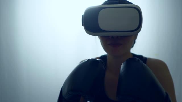 sportfrau boxen in vr 360 - konzeptauto stock-videos und b-roll-filmmaterial