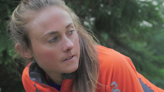 stockvideo's en b-roll-footage met sports woman catching her breath on a cold morning - zichtbare adem