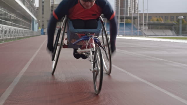 vídeos de stock e filmes b-roll de sportsman training in racing wheelchair - sports training