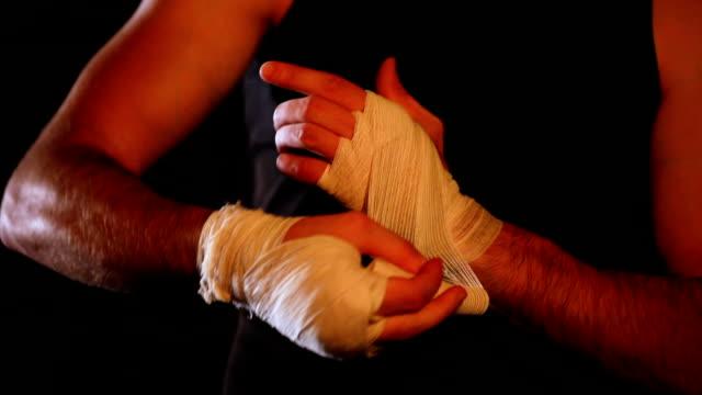 スポーツマンの手に結ぶ包帯 - ボクシンググローブ点の映像素材/bロール