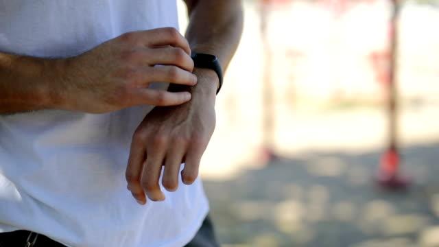 vídeos de stock e filmes b-roll de sportsman using smartwatch - homens jovens