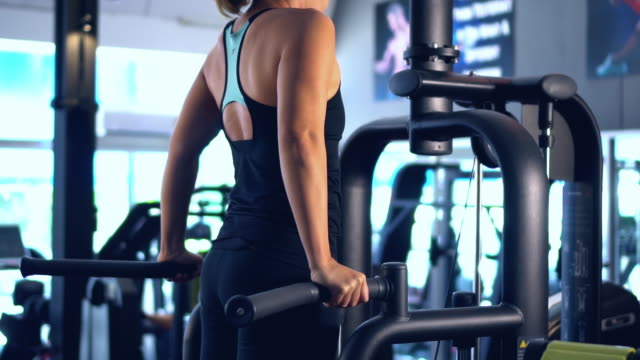 vídeos de stock e filmes b-roll de sportswoman exercising push-ups at the gym - domestic room