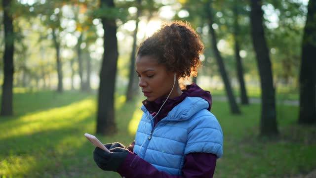 stockvideo's en b-roll-footage met sportvrouw die een adem na het joggen neemt - jogster