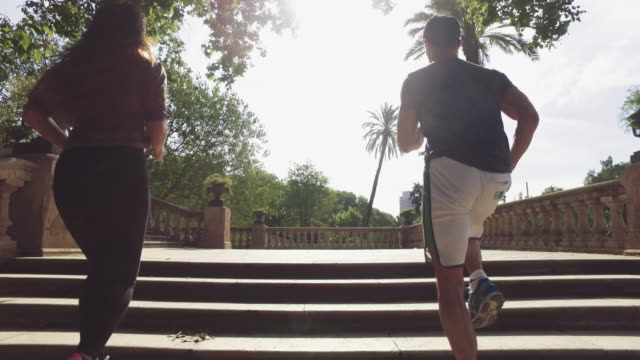 vídeos de stock e filmes b-roll de sporty couple running and training in barcelona - casal heterossexual