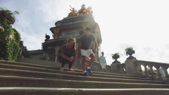vídeos y material grabado en eventos de stock de pareja deportiva corriendo y formación en barcelona - sacar una foto