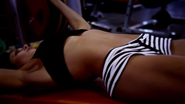 Sportiva donna fare bench press