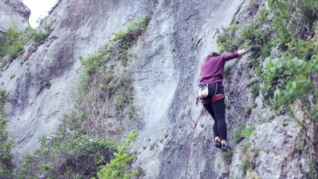 stockvideo's en b-roll-footage met sportieve vrouw in bergen. kopieer ruimte. - vrij klimmen