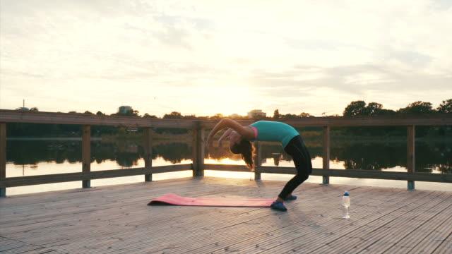 スポーティな女性練習後屈。 - 弓のポーズ点の映像素材/bロール