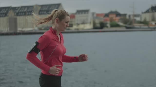 sportig kvinna kör i staden - sportaktivitet bildbanksvideor och videomaterial från bakom kulisserna