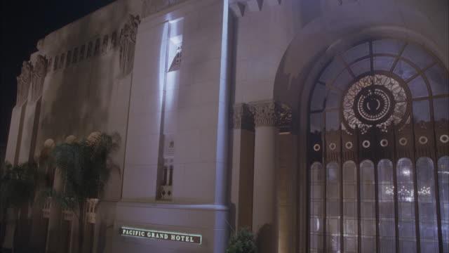 vídeos y material grabado en eventos de stock de spotlights sweep the entrance of the pacific grand hotel. - escritura occidental