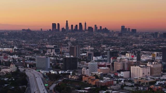 vídeos de stock, filmes e b-roll de la ao nascer do sol - sprawl drone tiro de hollywood - hollywood califórnia