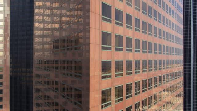 la sprawl återspeglas i skyskrapa windows - fönsterrad bildbanksvideor och videomaterial från bakom kulisserna
