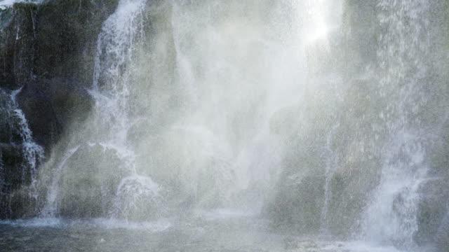 4k, spray vom wasserfall planschen im blue moon valley national park in china. - zen stock-videos und b-roll-filmmaterial