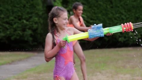 stockvideo's en b-roll-footage met spuiten elkaar met water - swimwear