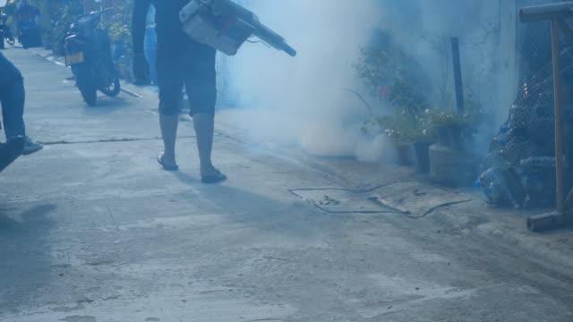 spritzen moskito-maschine, befreien sie sich von aedes mücken. zeitlupe - insekt stock-videos und b-roll-filmmaterial