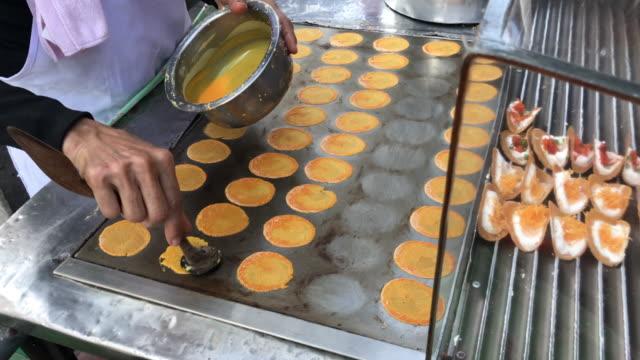 vídeos de stock, filmes e b-roll de espalhe o ovo panqueca crocante tailandesa, bangkok, tailândia - crocante