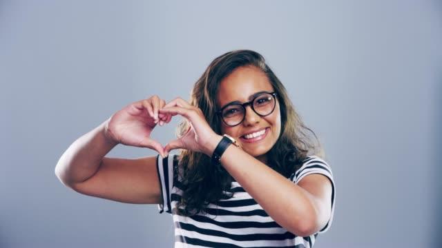 vídeos y material grabado en eventos de stock de difundir el amor hoy - hacer señas
