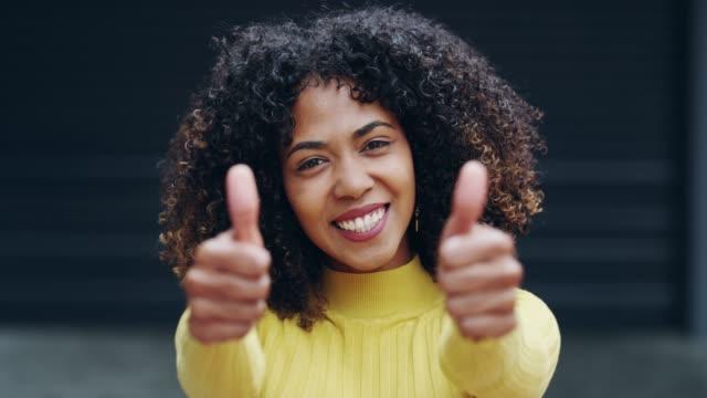 vidéos et rushes de ne pas répandre que la positivité aujourd'hui - cheveux bruns