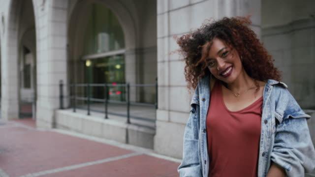 vídeos de stock, filmes e b-roll de espalhando uma dose de magia na cidade - cabelo encaracolado