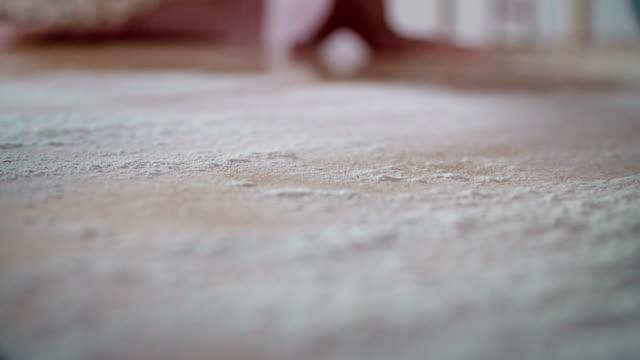 Aufstreichen Mehl auf Tisch