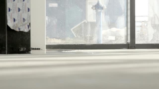 diffusione dello strato di resina liquida sul pavimento di cemento - sigillante video stock e b–roll