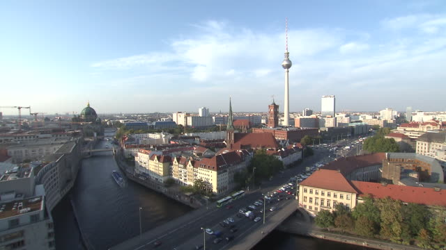 spree river and berlin skyline with red city hall(rotes rathaus), tv tower - rathaus 個影片檔及 b 捲影像
