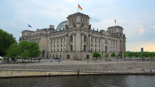spree river and reichstag building, berlin, germany, europe - ganzkörperansicht stock-videos und b-roll-filmmaterial