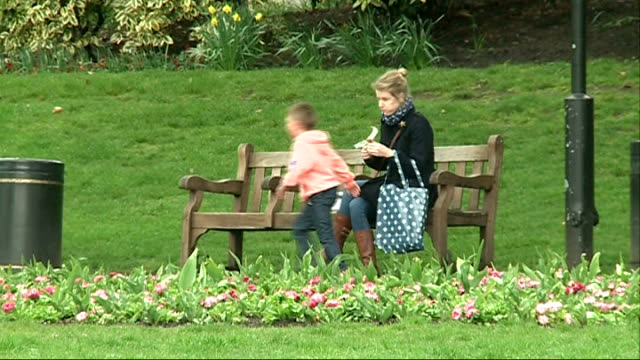 vídeos y material grabado en eventos de stock de spring about arrive in london's parks **creese interview overlaid sot** boy along past woman sitting on bench - banco asiento