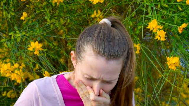 vídeos de stock, filmes e b-roll de alergia em flores da primavera - tossindo