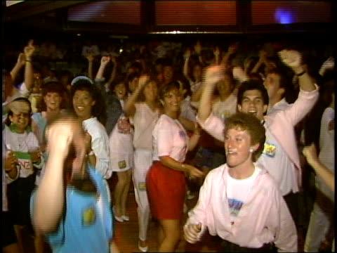 vidéos et rushes de spring break crowd dancing and cheering in a club - sortir en boîte de nuit